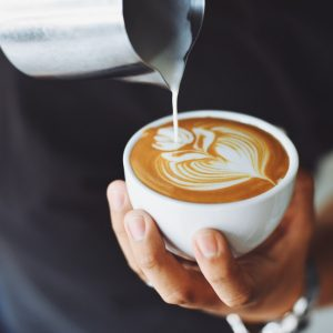 Zalety picia kawy — czy pozytywnie wpływa na zdrowie?